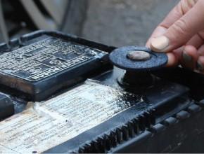 Ο απόλυτος οδηγός για τον καθαρισμό και την απομάκρυνση της διάβρωσης της μπαταρίας αυτοκινήτου